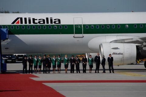 Spalier: Die Alitalia-Crew nimmt Stellung an.