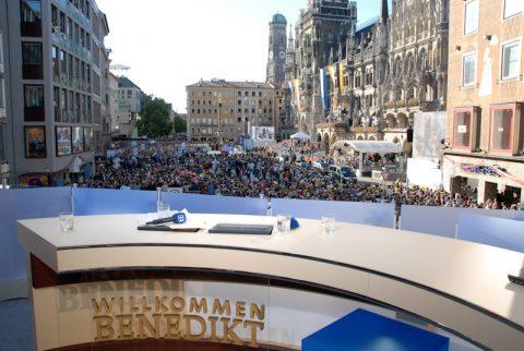 """Willkommen Benedikt: Das """"Studio"""" des Bayerischen Fernsehens auf dem Münchner Marienplatz - startklar für die Ankunft des Papstes."""