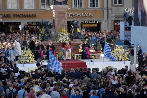 Beten an der Mariensäule: Papst Benedikt zelebriert ein traditionelles Gebet an einem traditionellen Ort.