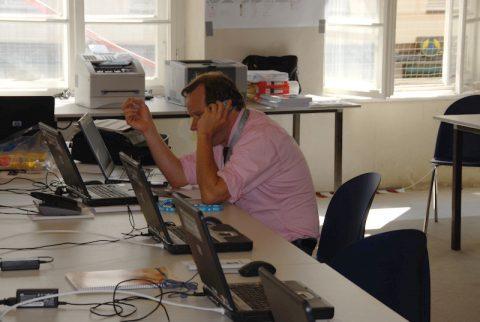 Moment des Durchatmens: Teamchef Stephan Keicher kommt am Tag später (10.9.) mal zu einer Sitzpause - allerdings wie immer mit dem Telefon am Ohr.