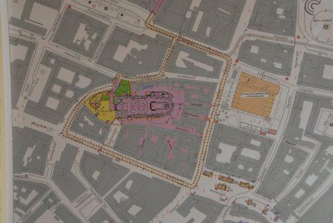 Top Secret! Die Route des Papamobils durch die Münchner Innenstadt zur Frauenkirche. So geheim allerdings auch nicht mehr - tausende säumen inzwischen den Weg.