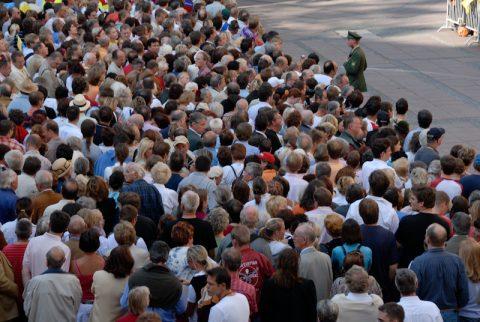 Wann kommt er? Tausende Papst-Anhänger warten auf den Heiligen Vater vor der Frauenkirche.