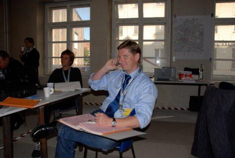 Auch Handy-süchtig: Co-Produktionsleiter Stefan - in der einen Hand das Mobiltelefon - in der anderen den dicken Aktenordner. Und immer einen Top-Job gemacht!