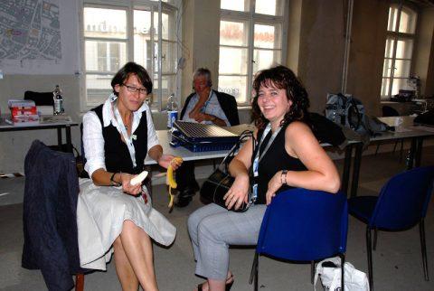Kleine Stärkung: Karin und Agnes besprechen die nächste Sendung.
