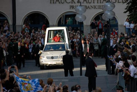 Das berühmte Auto in der Fußgängerzone: Der Papst erscheint - der Jubel bricht los.