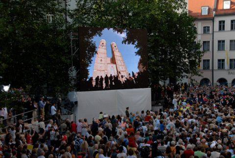 Die Frauenkirche thront majestätisch über der Menge - hier zumindest als Bildschirm...