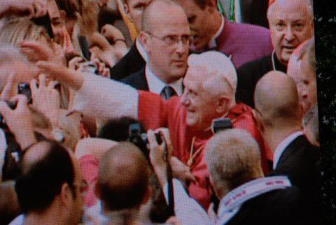 Bad in der Menge: Tausende von Handykameras klicken jetzt. Der Papst hat sein Papamobil verlassen und wird gleich in der Frauenkirche beten. Und wir - wir machen uns schon mal auf den Weg zu den nächsten Stationen. Scheider zum Beispiel rast nach Regensburg...