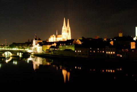 Abendlicher Glanz: Regensburg zeigt sich von seiner besten Seite, als wir die romantische Stadt erreichen.