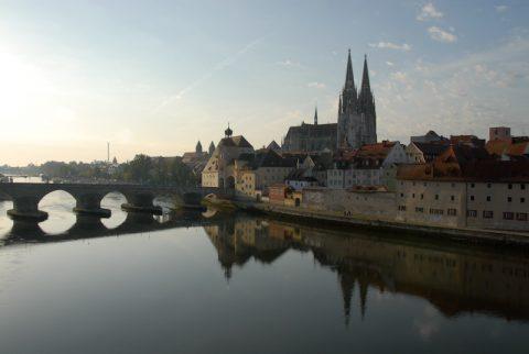 Kalender-reif: Der Regensburger Dom spiegelt sich in der noch schläfrigen Donau. Genau diese Ruhe tut uns gerade gut.