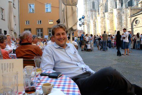 Schneller Kaffee: Chefredaktions-Journalist Axel gönnt sich vor dem Countdown noch Kaffee und Apfelschorle am Fusse des Domes.