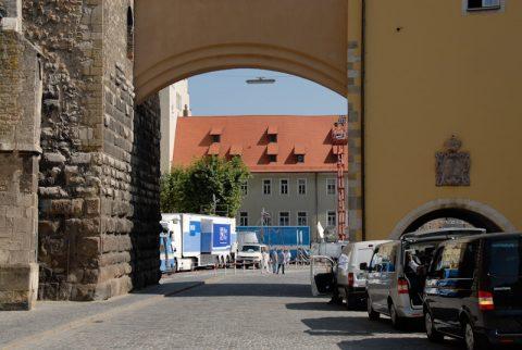Tor! Durch dieses Tor kommt er - Papst Benedikt mit seinem Wagen.