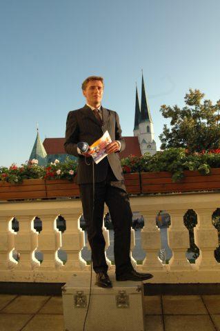 Balkon-Fernsehen: Wunderbarer Blick auf die Wallfahrer-Kirche vom Balkon des Rathauses. Scheider ist auf Sendung.