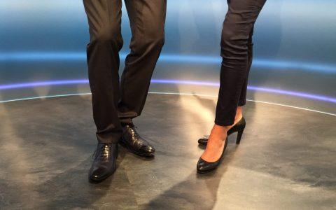 Sieht schon merkwürdig aus: Die Studio-Besatzung schmeißt sich weg vor Lachen und die Kameraleute drohen mit einer Nahaufnahme meiner Schuhe in der Sendung, falls ich nicht spure...