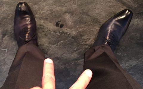 In Stefans Augenwinkel immer diese merkwürdige Paarung - als gehöre das rechte Bein mit dem linken Schuh gar nicht zu mir...